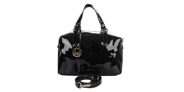 Dámska čierna lesklá kabelka s príveskom United Colors of Benetton