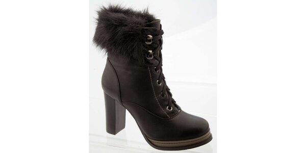 Dámske čierne členkové topánky na opätku s kožúškom Betsy