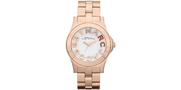 Dámske pozlátené analógové hodinky s farebnými kamienkami Marc Jacobs vo farbe…