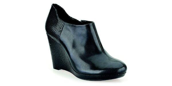 Dámske čierne topánky na vzorovanom kline Clarks