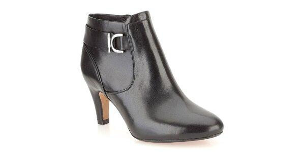 Dámske čierne kožené členkové topánky s dekoratívnou sponou Clarks