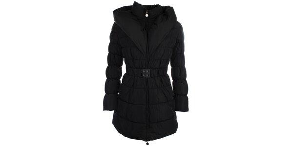 Dámsky čierny prešívaný kabátik s golierom Fly Moda