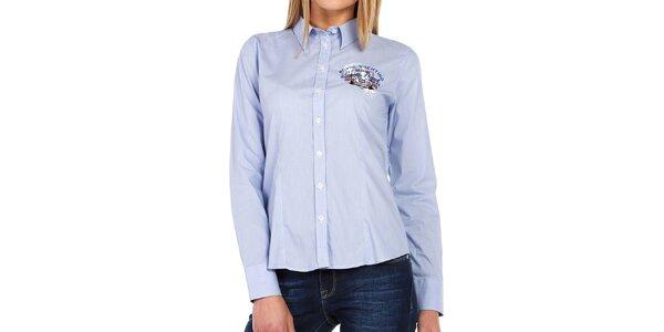 Dámska svetlo modrá košeľa s farebnými nápismi Galvanni
