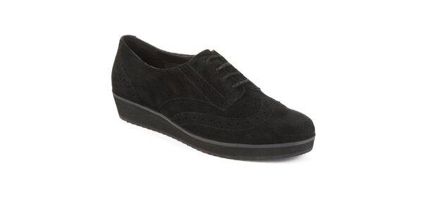Dámske čierne semišové topánky s dekoratívnou perforáciou Clarks