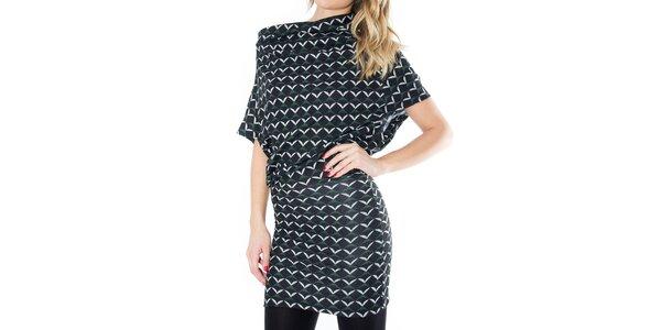 Dámske čierne šaty so vzorom First