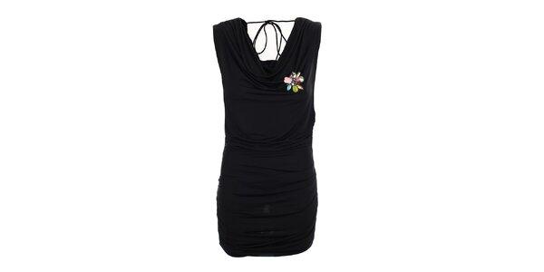 Dámske čierne šaty s kvetinovou brošňou Phard