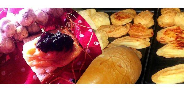 Horúci grilovaný oštiepok podávaný na chrumkavom chlebe s brusnicovým džemom…
