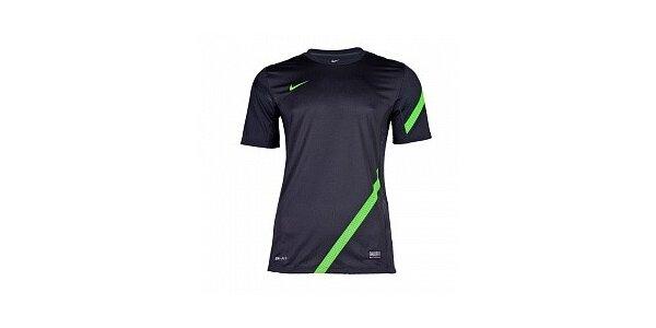 Pánske antracitové funkčné tričko Nike so zeleným pruhom