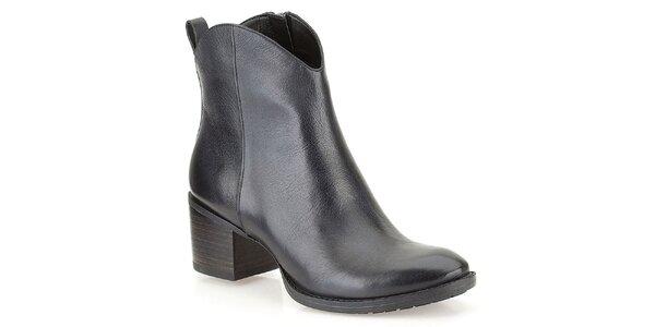 Dámske čierne členkové topánky na opätku Clarks
