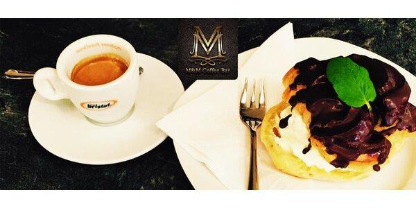Káva a koláčik alebo džús a toast pod zrkadlami