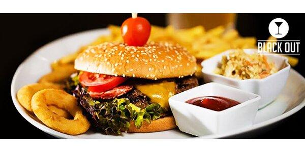 Obložený hovädzí hamburger s hranolčekmi