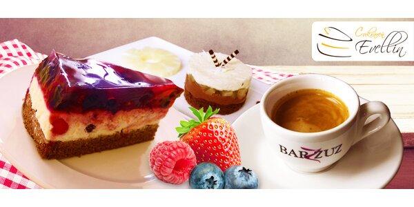 Lahodný zákusok a osviežujúci nápoj či káva