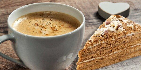 Talianske espresso a domáci zákusok medovka