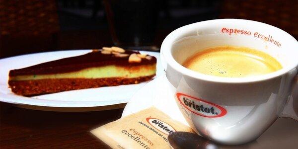Káva s koláčikom v Central Passage Cafe