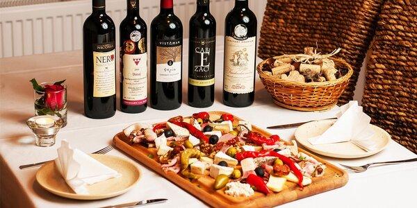 Bohatá mäsovo-syrová misa s fľašou vína