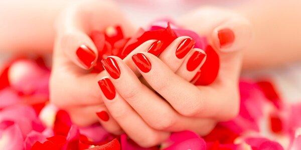 Krásne gelové nechty so zdobením alebo farebný gel lak