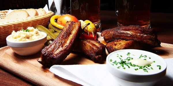 Jedácky sviatok: Pol kila krídelok či rebierok a k tomu 2 veľké pivá
