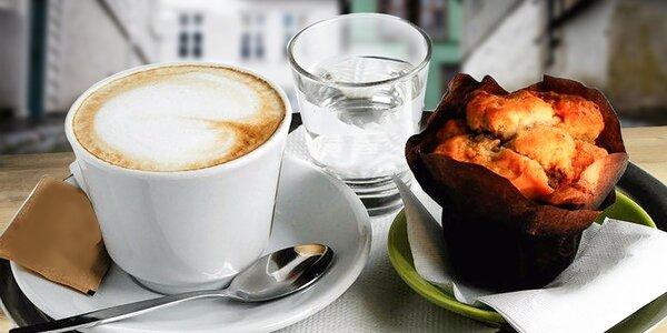 Káva a muffin alebo horúca čokoláda so šľahačkou