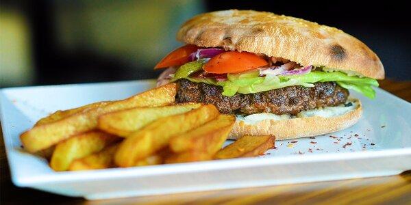 Hamburger s hovädzím mäsom a domácimi hranolčekmi v Emessa Restaurant