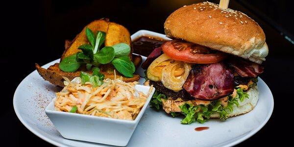 Hovädzie hamburgery s pečenými zemiakmi a šalátom Coleslaw. Na výber tri druhy!