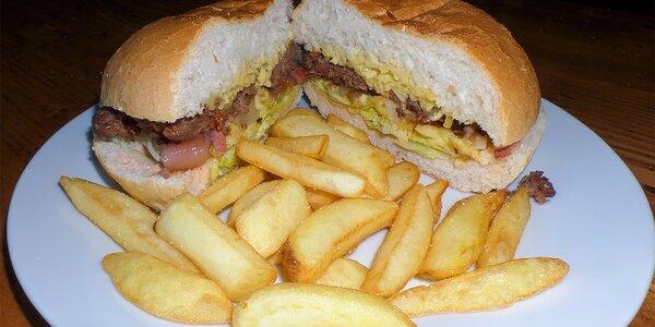 Hamburger s hovädzím či kuracím mäsom a domácimi hranolčekmi v Rodeo Clube