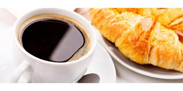 Káva a croissant