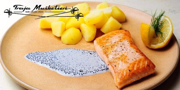 Steak z tuniaka na listovom šaláte alebo grilovaný losos s kaviárovou omáčkou