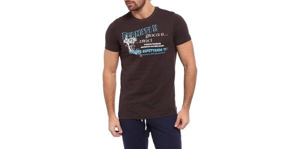 Pánske tmavo hnedé tričko s modro-bielou potlačou Cooperativa