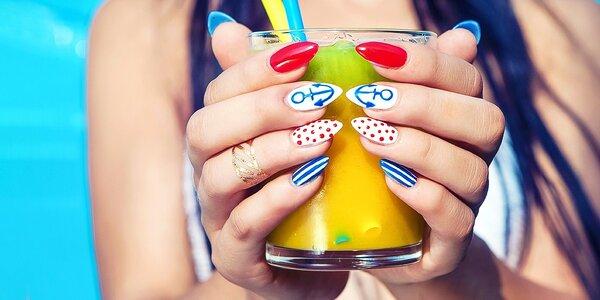 Krásne ruky s manikúrou alebo gelovými nechtami