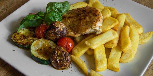 Kurací steak s grilovanou zeleninou a steakovými hranolčekmi
