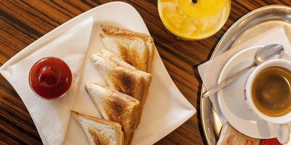 Chrumkavý toast s kávou a čerstvým džúsom