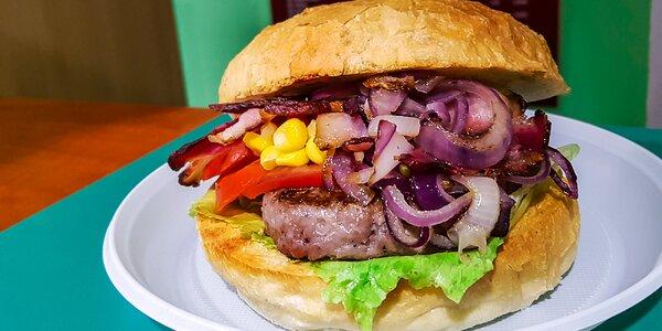 Hamburger v domácej žemli s chrumkavou slaninkou + minerálka