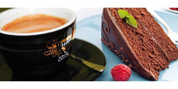 Sacherova torta s kávou alebo džúsom