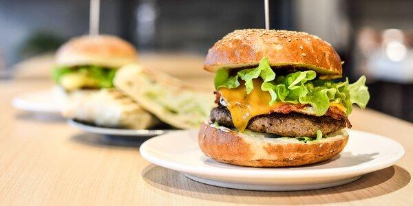 Domáci hovädzí burger alebo špeciálny Racer burger, či chrumkavý kurací wrap