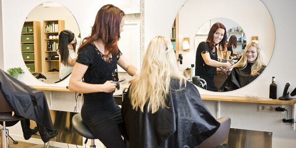 Farbenie, strihanie a regenerácia vlasov panthenolovým zábalom