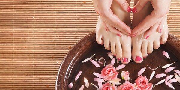 Zdravé krásne nohy s mokrou pedikúrou