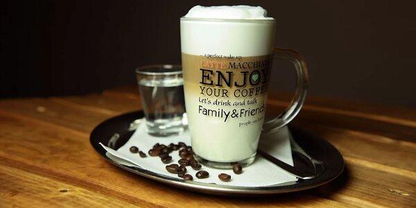 Káva so zákuskom z dennej ponuky
