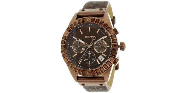Dámske hnedé oceľové hodinky DKNY s kamienkami a koženým remienkom