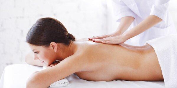 Klasická masáž chrbta, šije ale aj nôh