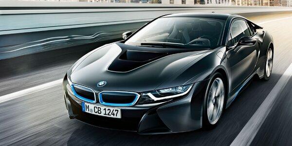Jazda na hybridnom športiaku BMW i8 po letiskovej dráhe