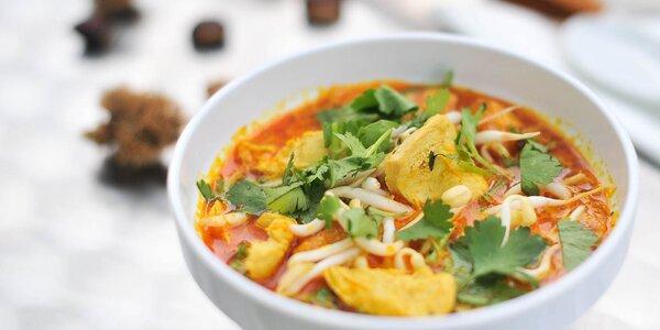 Originál malajská polievka Laksa alebo hamburger