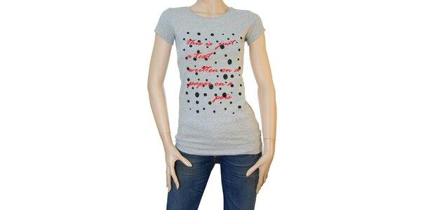 Dámske šedé tričko Matt&Desy s červeným textom a bodkami