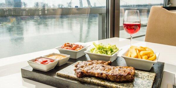 Dva druhy steakov aj s prílohami a nápojom
