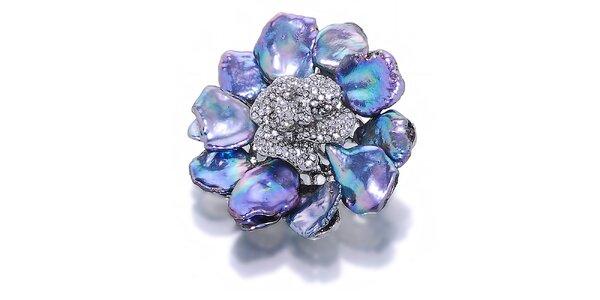 Dámska kvetinová brošňa s fialovými metalickými perlami Orchira