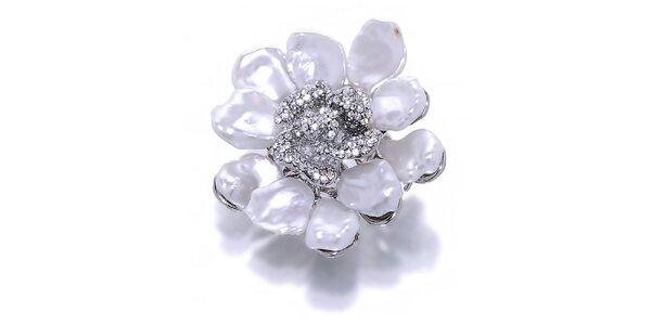 Dámska kvetinová brošňa s bielymi metalickými perlami Orchira