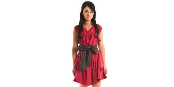 Dámske červené spoločenské šaty Jolaby s veľkou čiernou mašľou