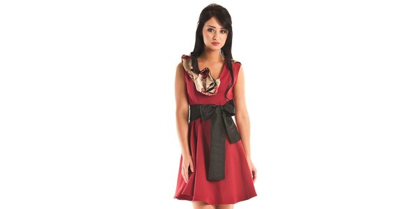 Dámske krátké tmavo červené spoločenské šaty Jolaby s veľkou čiernou mašľou