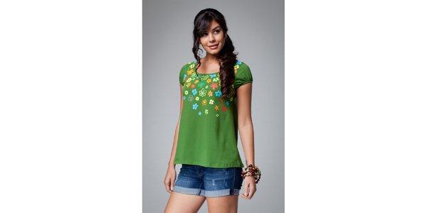 Dámske zelené tričko Como Una Regadera s kvetinovým motívom
