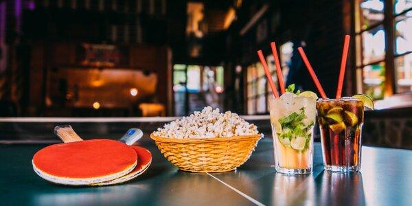 Pivo či miešané drinky s popcornom a ping pong