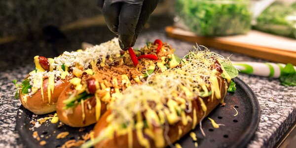 Nadupaný hotdog s veľkými hranolčekmi a omáčkou